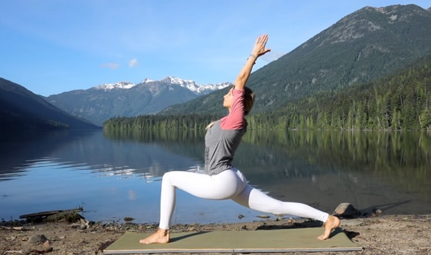 15-minute feel good flow yoga class video